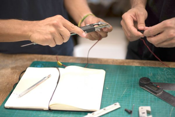 Ajustes y mediciones con calibre electronico de diseños de discoh design durante desarrollo tecnico