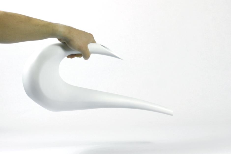 Regadera de rotomoldeo twist de formas sinuosas y elegantes diseñada por diseño de discoh design