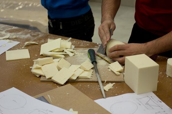 manos lijando maquetas de poliuretano en workshop Tudela