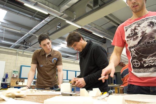 foto estudiantes Tudela en workshop lijando maquetas de vasos de zurito de poliuretano