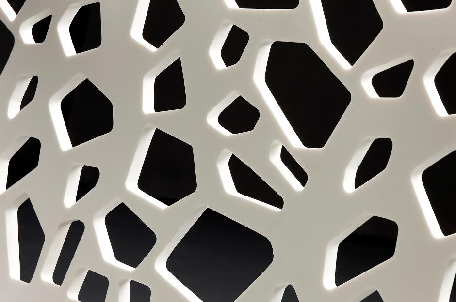 Mesa de centro YAL con recalada lateral en LG Hi-macs diseño de discoh para VF superficies solidas