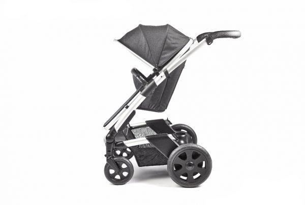 Cochecito de bebés Mayfair diseñado para la empresa Heetee. Un carro innovador por su sistema autónomo calefactable que permite mantener una temperatura cálida en el asiento del niño.