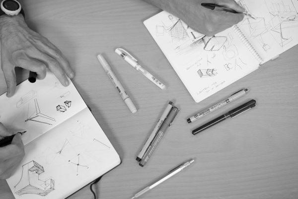Componentes del estudio de diseño discoh design de valencia dibujando nuevos conceptos