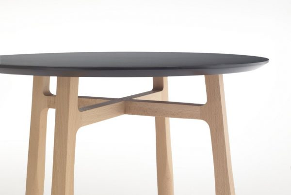 Destalle de la cruz y rebaje de madera de la mesa TAB de discoh design para Kendo Mobiliario