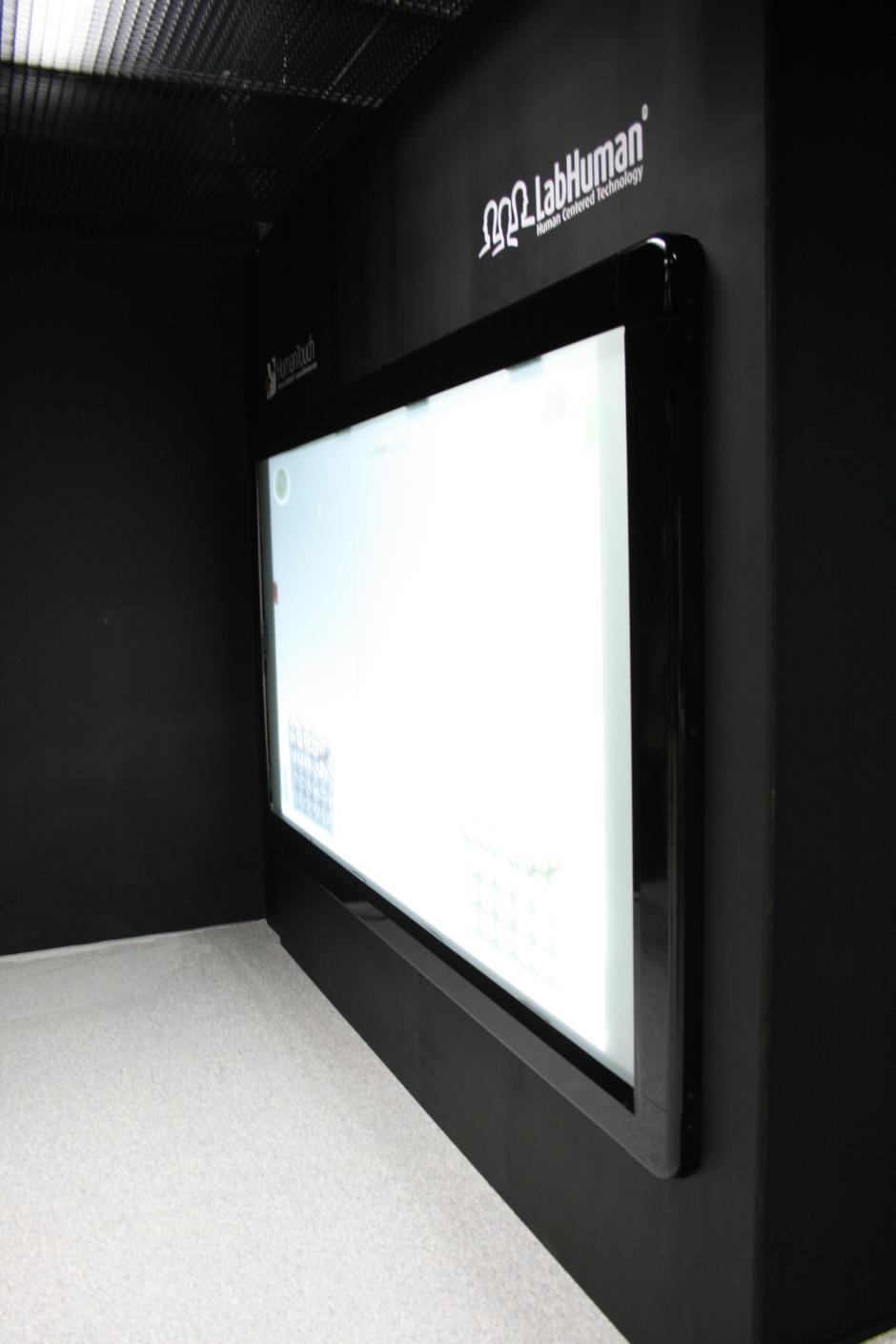 Pantalla proyector táctil de gran formato human touch wall diseñada por discoh design para labhuman