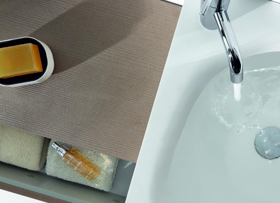 Detalle lavabo en resina acrílica y grifo vola arne jacobsen de mobiliario de baño OLA de discoh