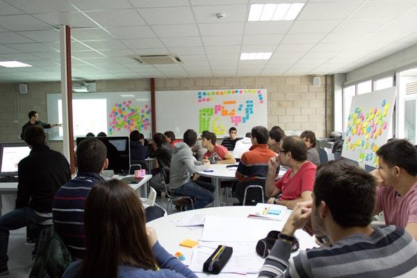 Miguel abarca de discoh design impartiendo workshop de diseño y creatividad en UPNA Tudela
