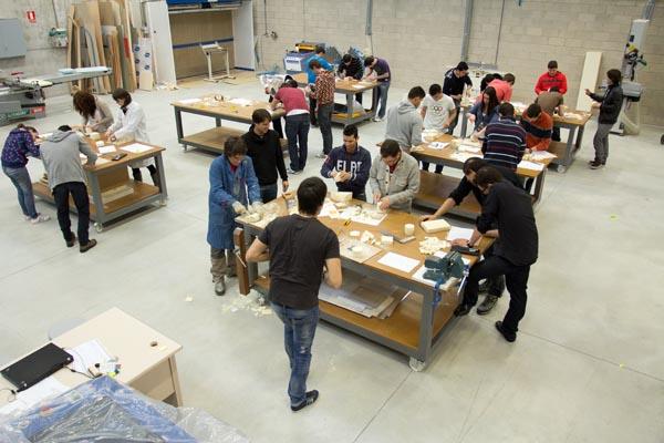 foto cenital taller con alumnos trabajando en workshop en la Universidad de Tudela UPNA