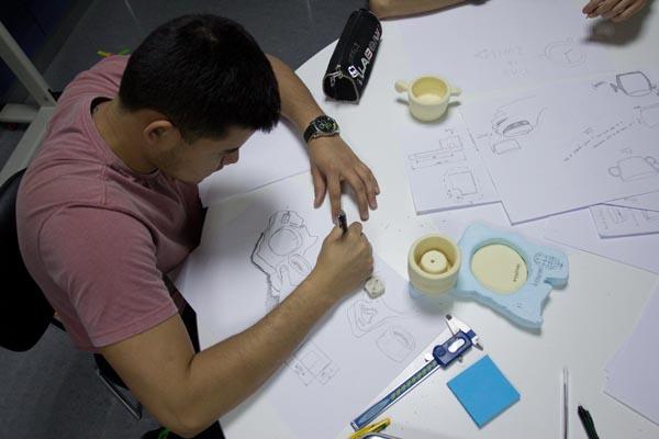 alumno bocetando en workshop de diseño y creatividad impartido por discoh design en UPNA Tudela